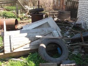 уборка в захламленном дворе