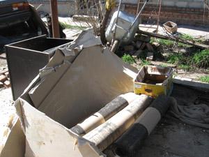 захламленный двор - неоходима уборка